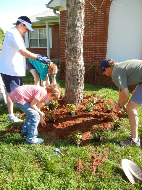 Peachtree Road volunteers planting